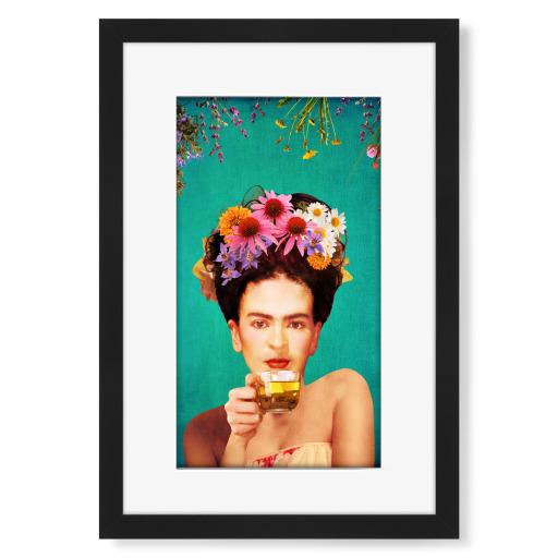 Frida Drinking Tea Teal Gerahmt